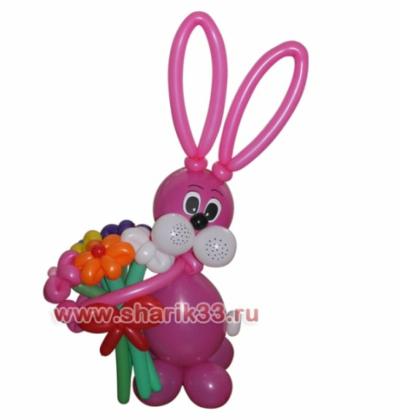Розовый зайчик с букетом (5 цветков)