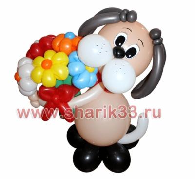 Бежевая собака с цветами