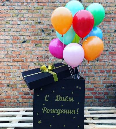 Черная коробка-сюрприз с разноцветными шарами