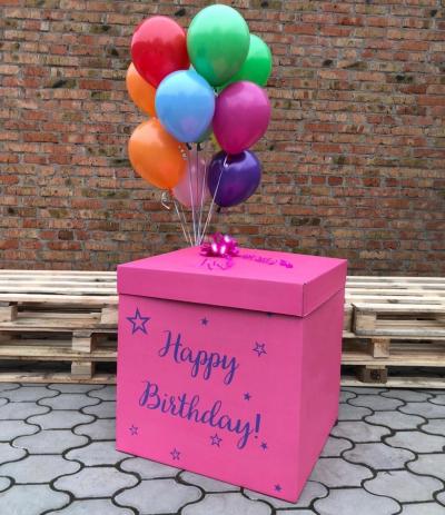 Розовая коробка-сюрприз с разноцветными шарами