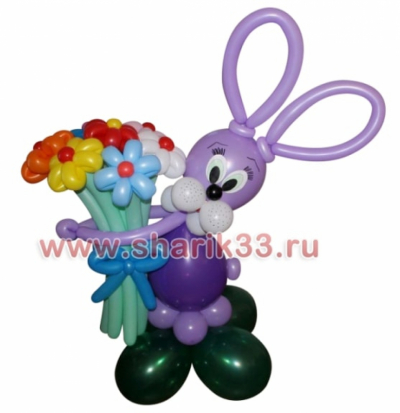Фиолетовый зайчик на полянке с букетом (7 цветков)