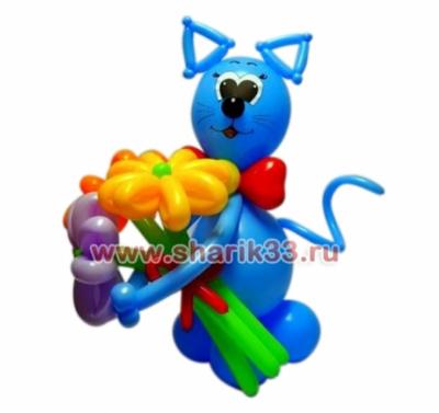Голубой кот с букетом